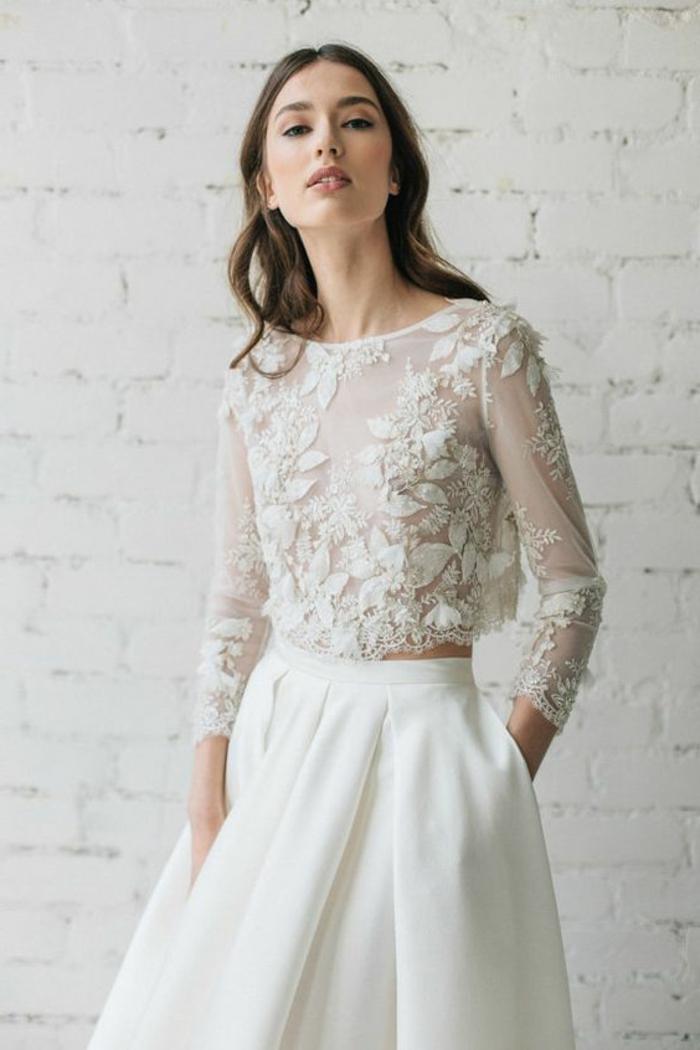 robe de soirée longue en blanc, top en dentelle blanche, avec des manches longues, jupe évasée blanche, taille haute, effet semi transparent, col bateau