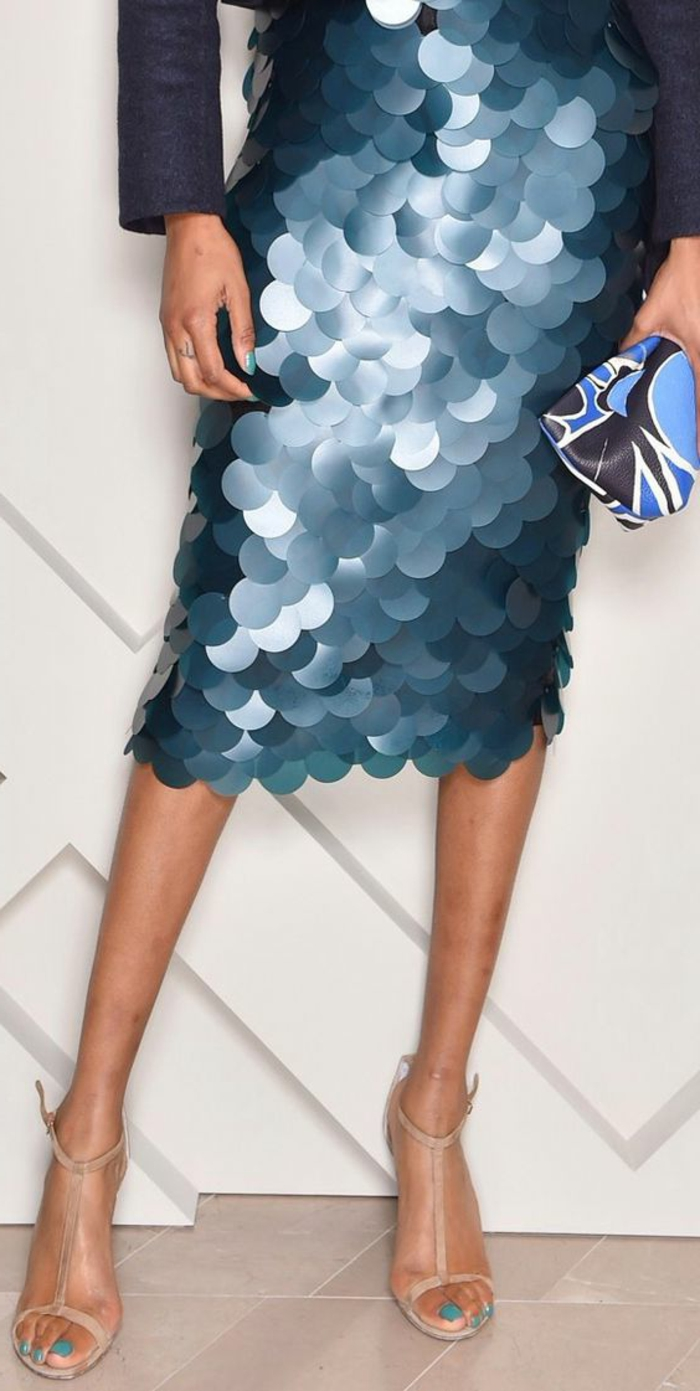 robe de cocktail pour mariage, en grands sequins bleus, portée avec veste en bleu azur, sandales en couleur chair aux lacets fins et élégants