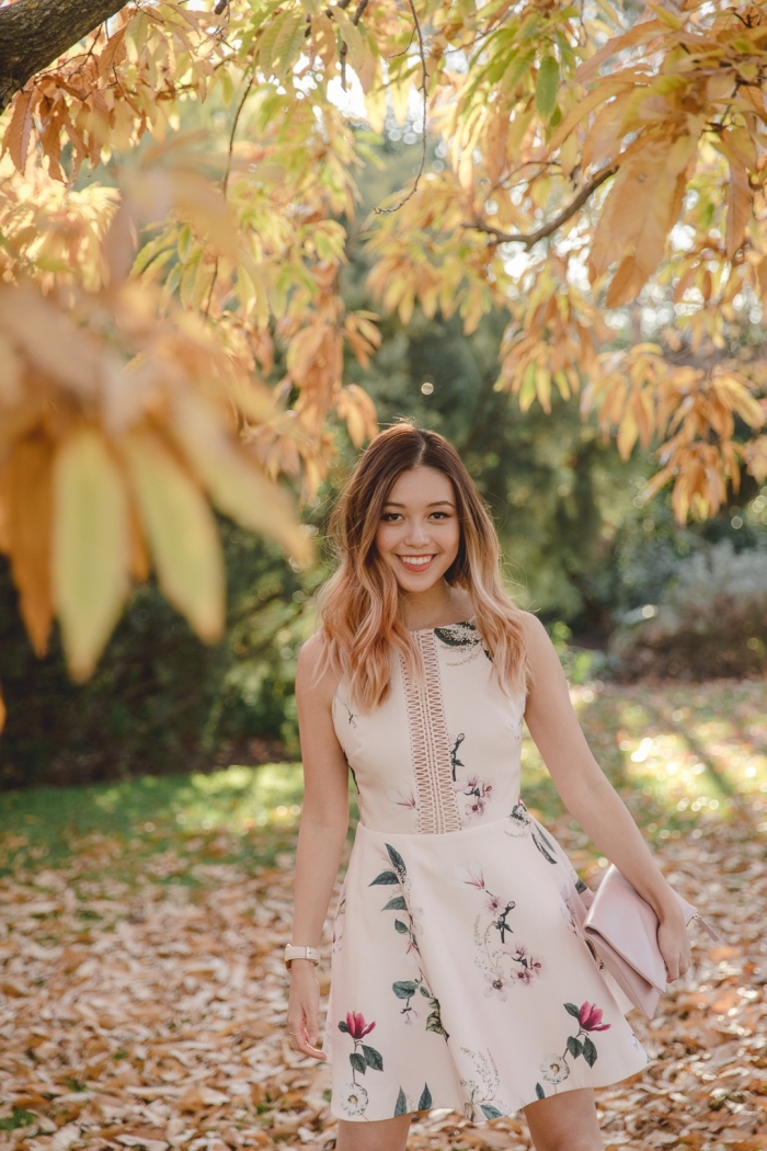comment s habiller pour un mariage, modèle de robe beige avec fleurs combinée avec pochette de rose pastel