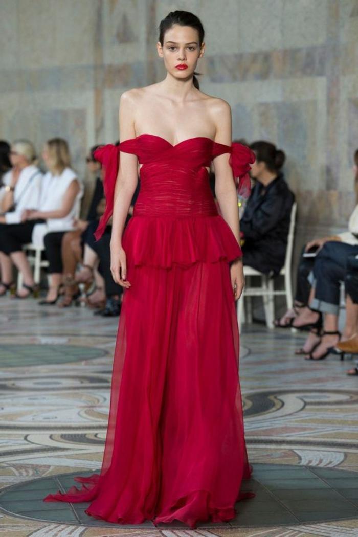 robe pour mariage, tenue pour mariage en couleur rouge avec des épaules tombantes, longueur maximale, mariage du soir, ambiance recherchée