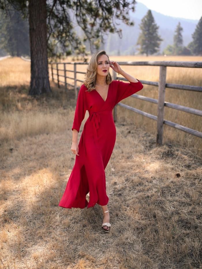 robe élégante pour mariage, coiffure de cheveux mi longs bouclés sur les extrémités, robe longue et rouge avec manches longues
