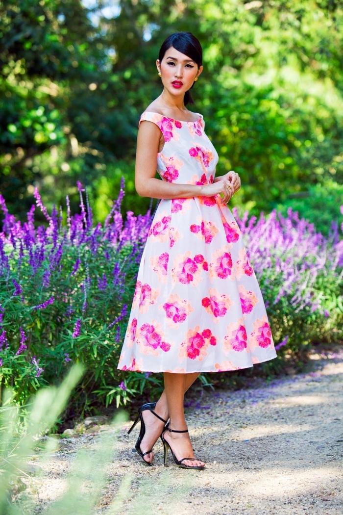 robe invitée mariage, coiffure cheveux courts et noirs, robe longue blanche aux fleurs rose et orange