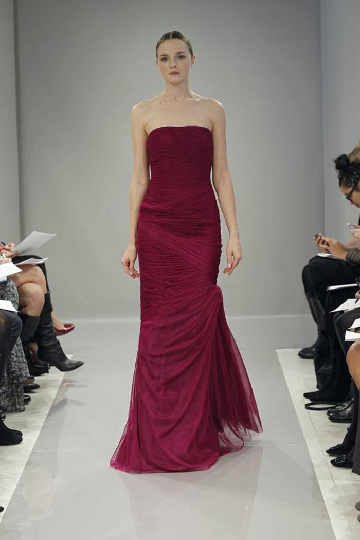 tenue de mariage femme en bordeaux avec tulle bordeaux dans la partie basse et effet drapé, bustier classique, robe longue moulante