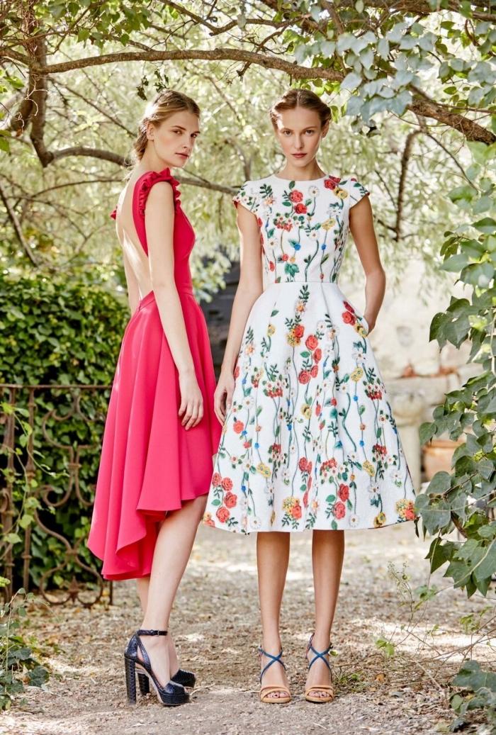 robe pour mariage, paire de chaussures noires à talons hauts et ouvertes devant, modèle de robe blanche à fleurs
