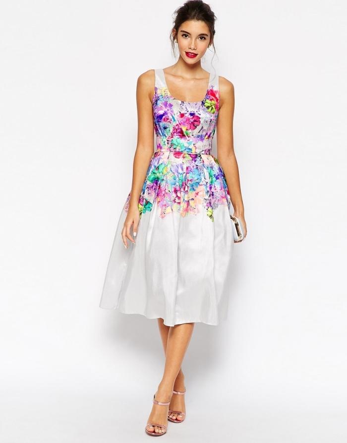 robe pour mariage, coiffure de cheveux attachés en chignon avec mèches devant, modèle de robe blanche à prints floraux