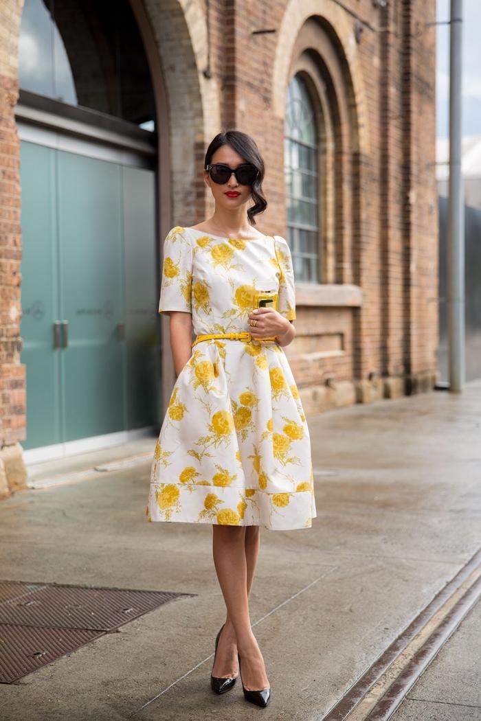 robe invitée mariage, modèle de robe blanche à fleurs jaunes combinée avec lunettes et chaussures noires