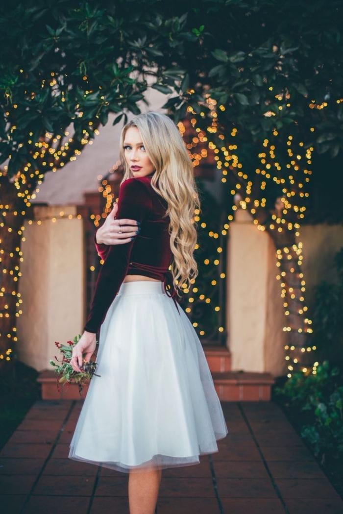 robe invitée mariage, jupe tutu blanche avec blouse en velours bordeaux, coiffure cheveux longs et bouclés