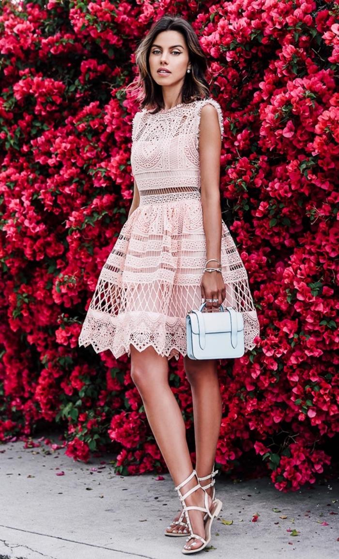 robe invitée mariage, modèle de sandales blanches avec lacets et studs, robe deux pièces en dentelle rose