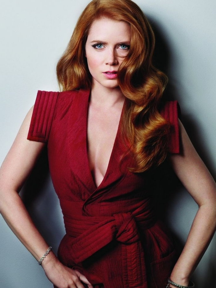 cheveux brun reflet auburn, coiffure pour cheveux longs en grandes boucles et avec volume, modèle de robe rouge avec ceinture