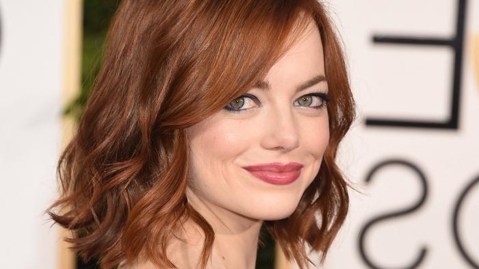 cheveux brun reflet auburn, coupe de cheveux femme courts, maquillage avec rouge à lèvres rouge et mascara noir