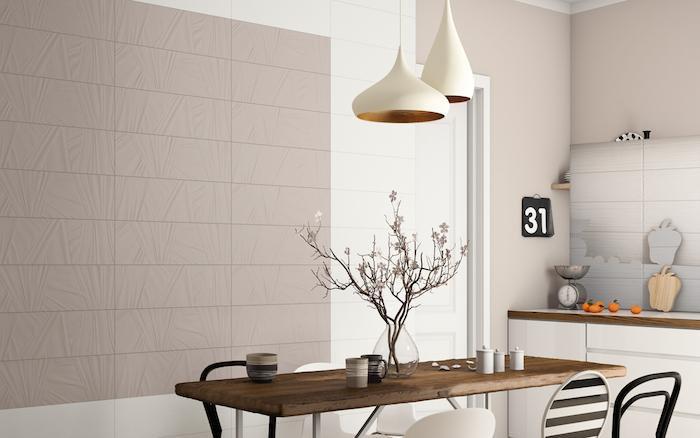 peinture gris perle sur les murs d une cuisine moderne en gris, blanc et bois, table en bois rustique, chaises noir et blanc, suspensions blanches, pan de mur couleur grege