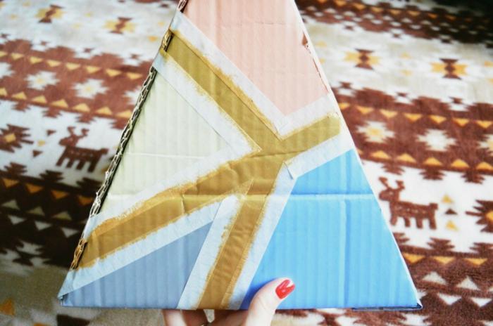 sapin de noel en carton, forme géométrique réalisée avec du scotch et des peintures
