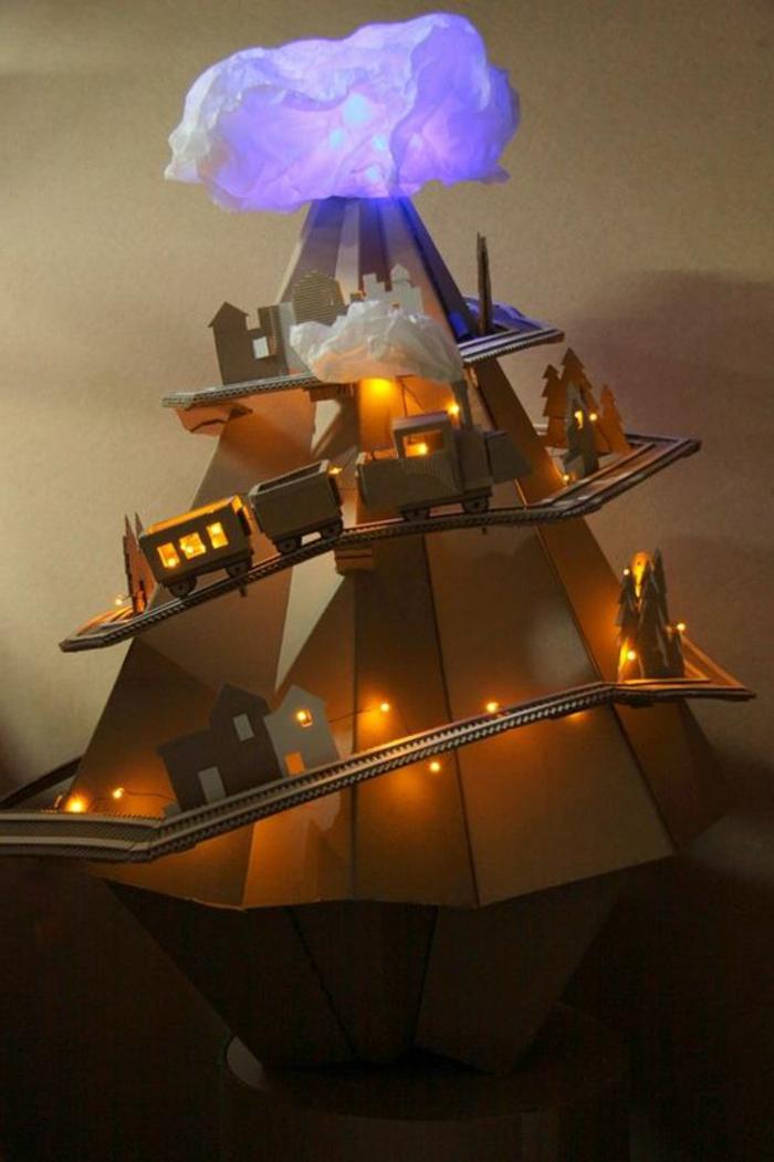 décoration impressionnante en carton, train qui monte et avec une lampe en papier lumineuse