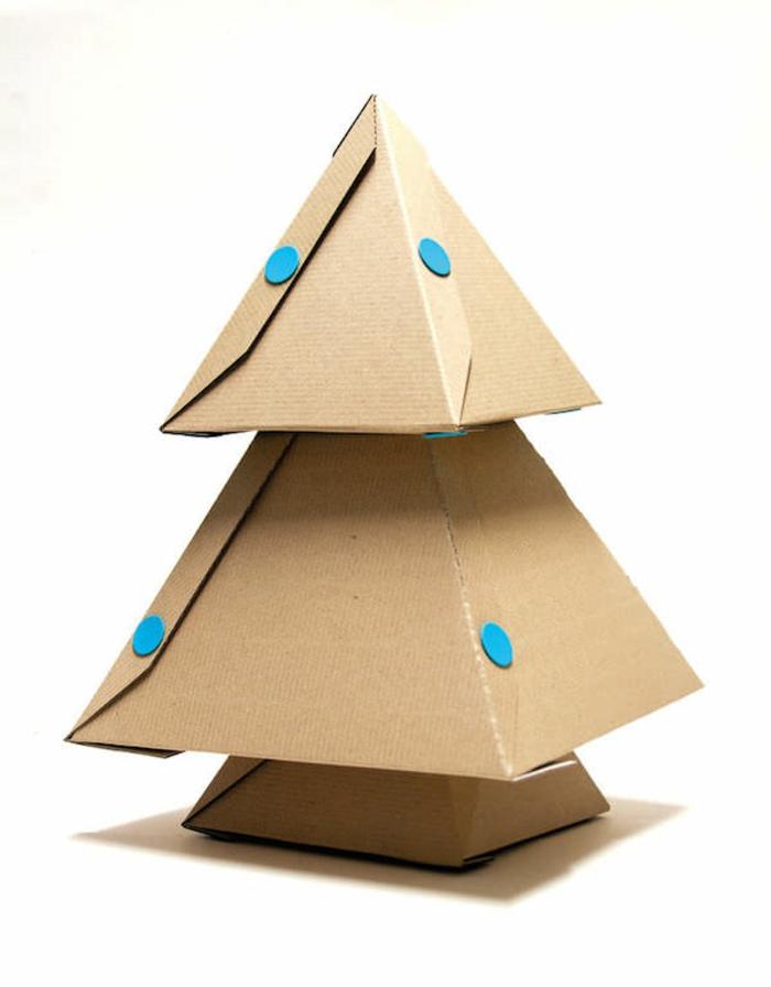 sapin de noel original, trois pyramides superposées formant un sapin en carton