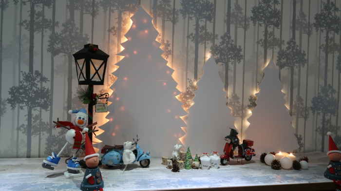 sapin de noel original, sapins en carton blanc, arbres de noel illuminés, bonhomme de neige