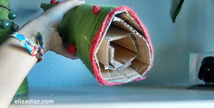 arbres de noel à faire soi-même avec du carton et des fils de laine colorés