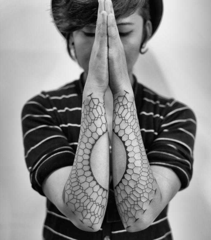 tatouage avant bras femme, modèle de tatouage à design géométrique et aux motifs ethniques