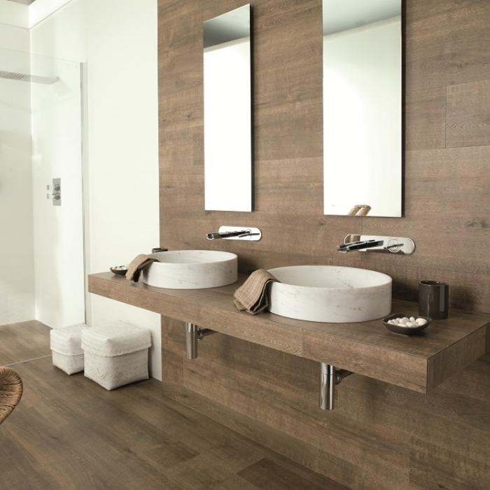 meuble salle de bain double vasque, déco en blanc et bois clair avec finitions métalliques et miroir rectangulaire