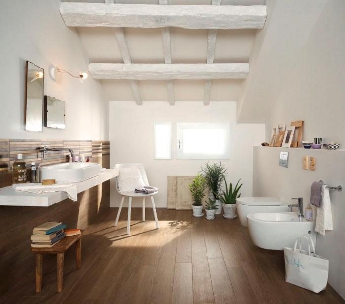 revetement de sol salle de bain, déco rustique avec plafond en bois et plancher, salle de bains aux murs blancs et bois