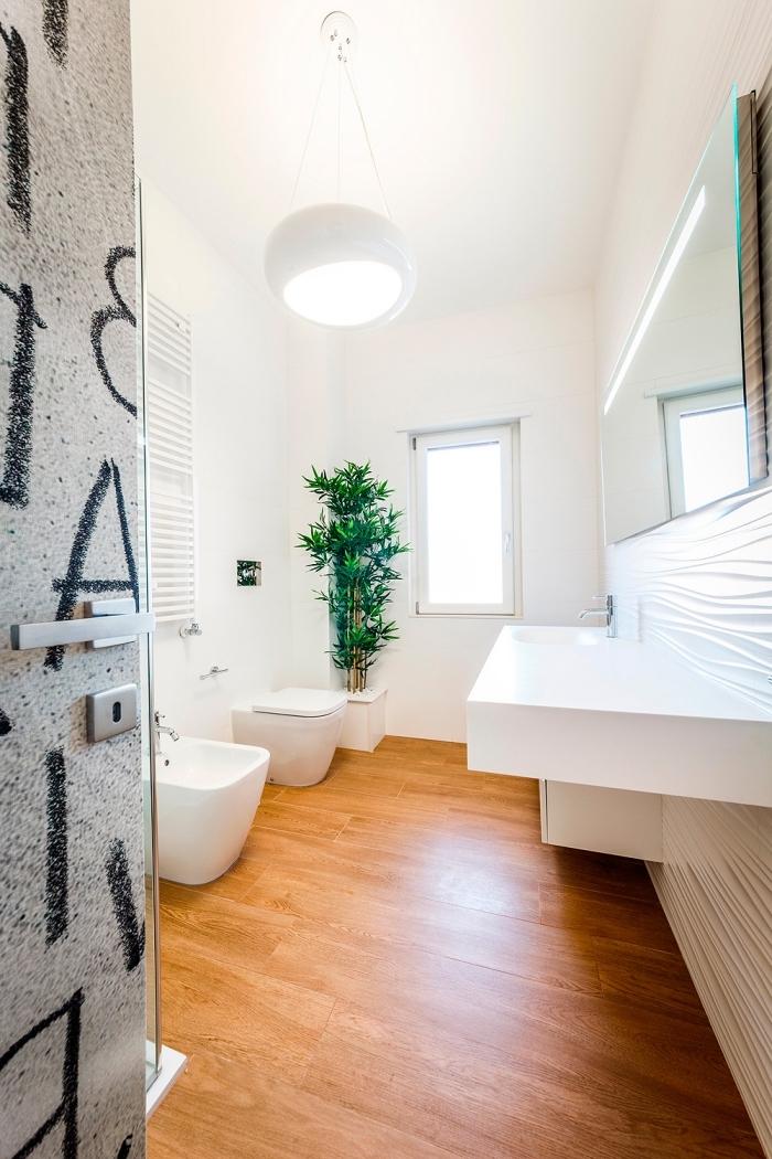 meuble sous vasque salle de bain, déco en blanc et bois avec plantes vertes et porte grise à lettres noires