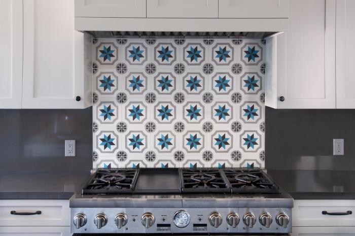carreaux de ciment credence en blanc et bleu, meubles de cuisine blancs avec comptoirs en gris anthracite