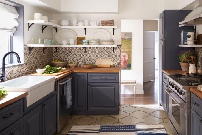 credence carreau de ciment, déco de cuisine d'angle avec meubles en bois peints bleu foncé et étagères blanches