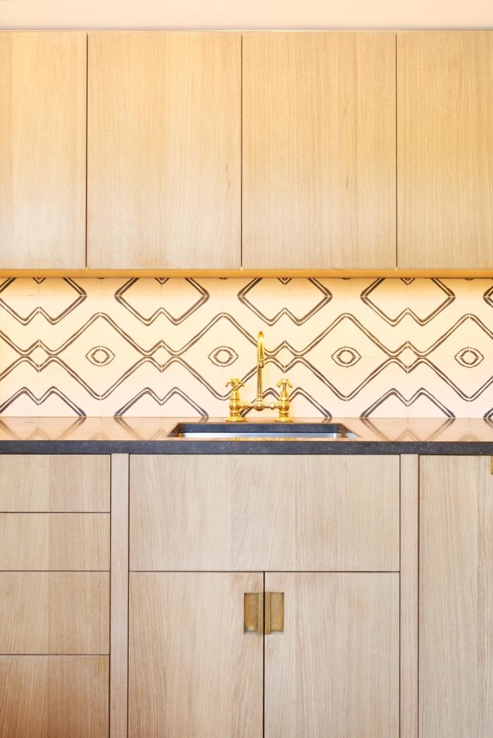 imitation carreaux de ciment, cuisine avec meubles en bois sans poignées et crédence au carrelage beige