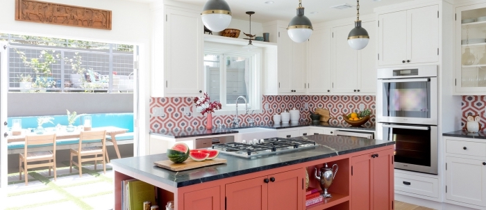 carrelage ciment, cuisine au plafond blanc et plancher en bois stratifié avec crédence au carrelage rouge