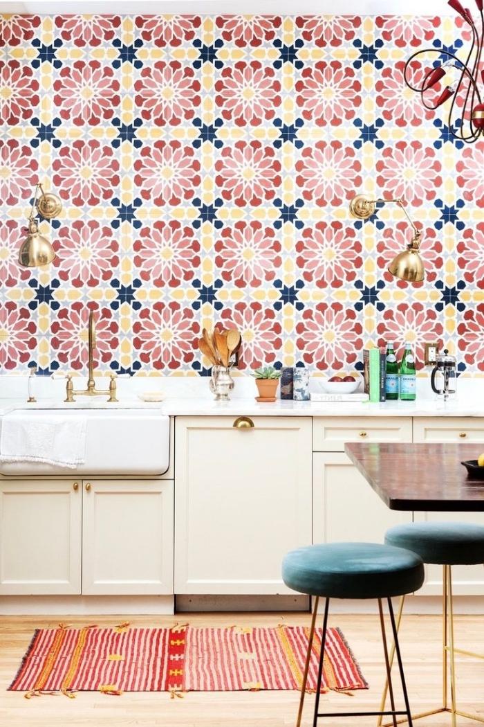 cuisine avec carreaux de ciment, idee deco cuisine, revêtement mural au carrelage à design floral en rouge et jaune, meubles de cuisine en bois beige
