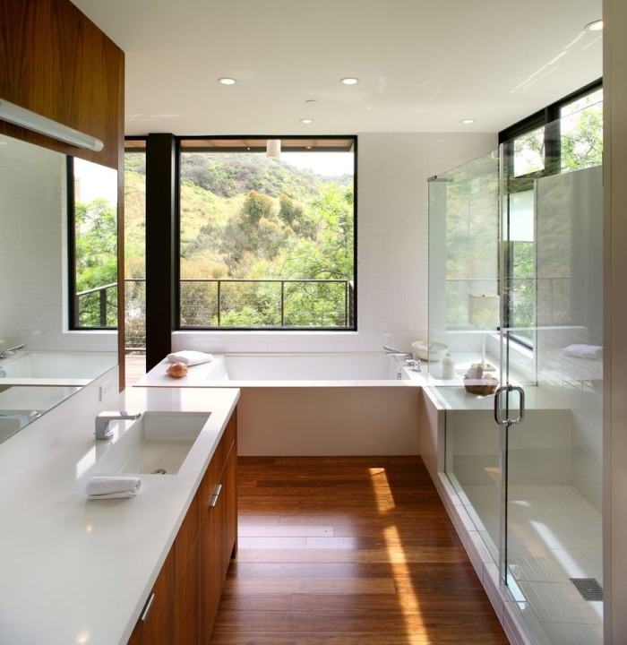 revetement sol salle de bain, baignoire rectangulaire sous grande fenêtre donnant sur le balcon