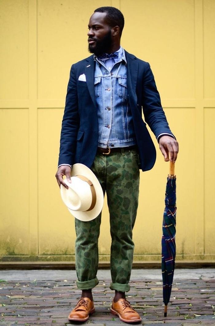 look preppy original associant des styles et des matières différents, un pantalon militaire homme modèle chino combiné avec un blazer bleu marine et une veste en jean