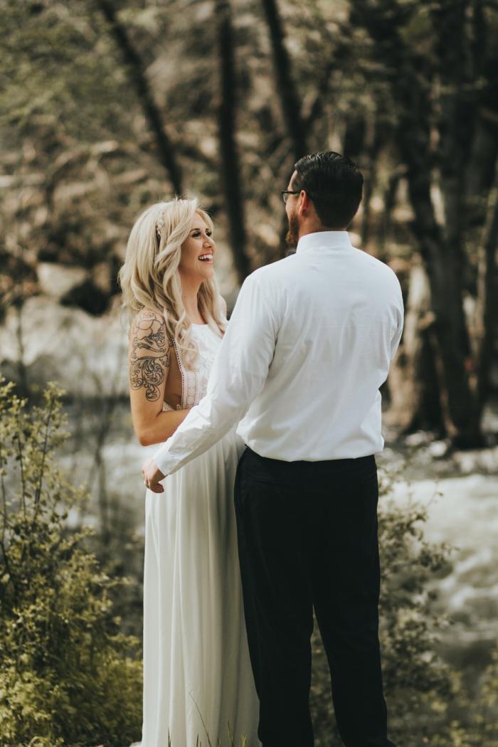 Tenue de mariée coiffure mariage cheveux lachés bouclés beauté couple heureuse mariée robe longue