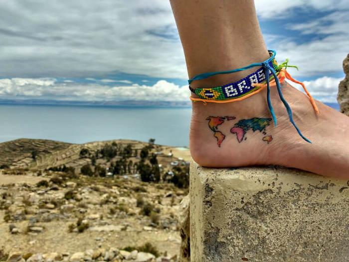 tatouage liberté mappemonde carte monde sur le pied en couleurs