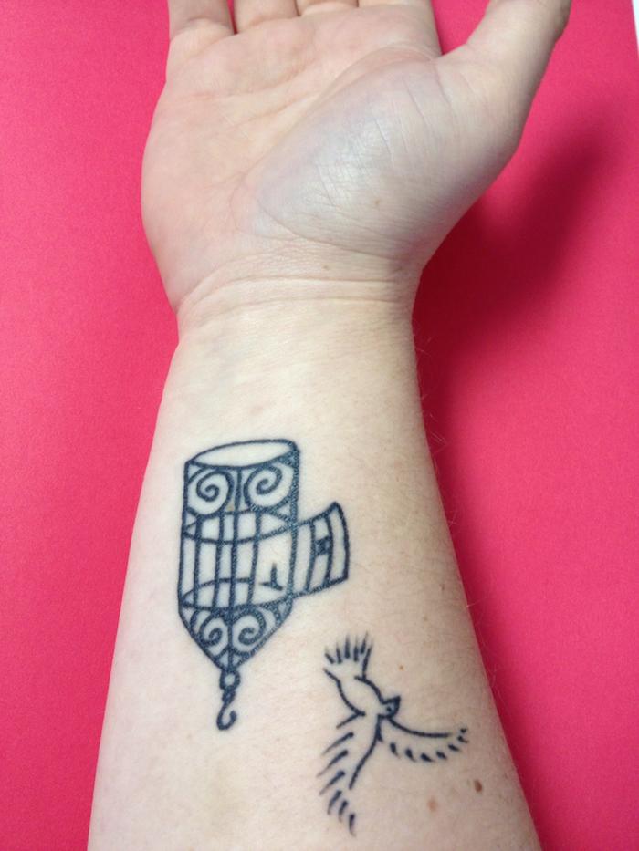 idée tatouage qui signifie la liberté cage oiseaux ouverte tattoo poignet