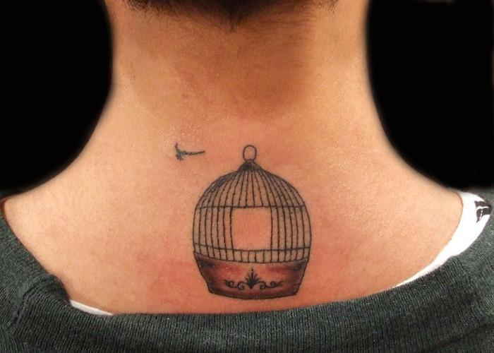 tatouage liberté symbole cage oiseau ouverte tattoo nuque homme