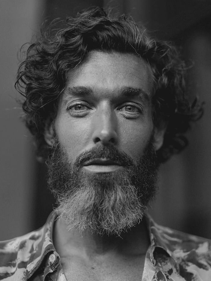 coupe cheveux hipster bouclés barbe carrée