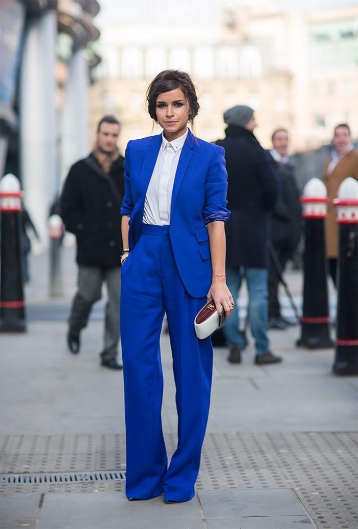 tenue ceremonie femme pantalon, costume bleu foncé avec chemise blanche, coiffure cheveux attachés en chignon bas avec tresse