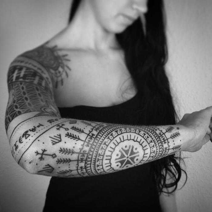 tatouage femme avant bras, dessin en encre à design mandala avec flèches et symboles tribal
