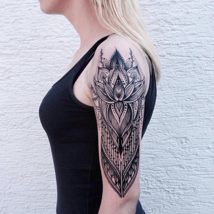 tatouage epaule, dessin en encre sur la peau à design floral et ethnique, tattoo tribal pour femme
