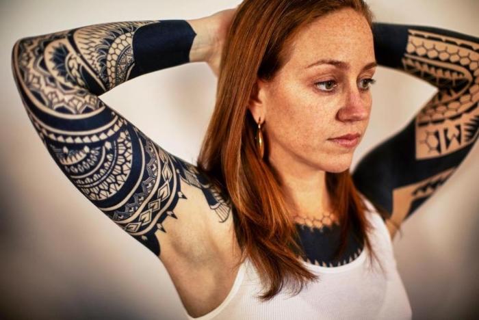 signification tatouage, dessin en encre sur le bras entier, tattoo à design féminin aux motifs mandala et tribal