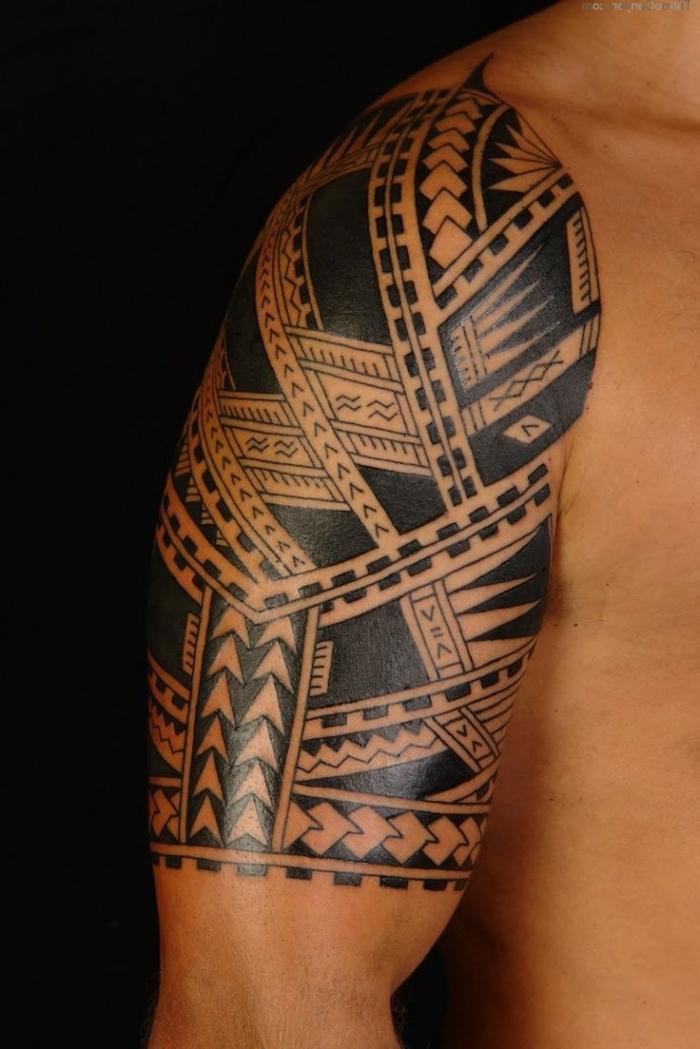 signification tatouage, choisir un tattoo symbolique à design tribal, tatouage sur épaule et bras aux motifs ethniques