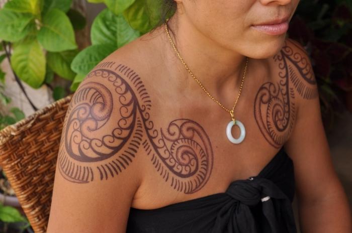 modele de tatouage, dessin sur les épaules aux motifs ethniques, tatouage pour femme aux motifs volutes
