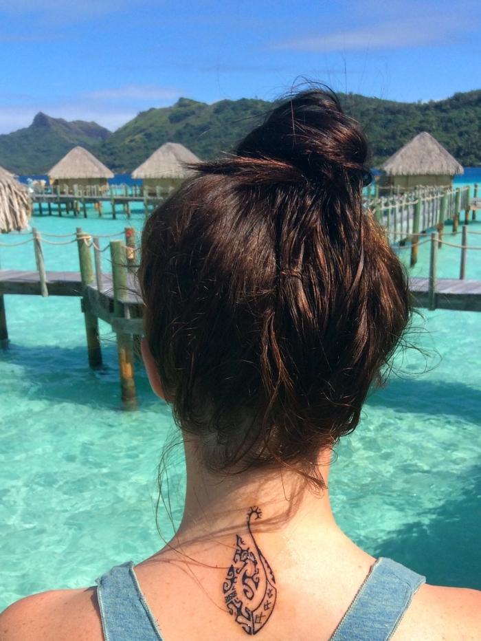 signification tatouage, petit tattoo sur nuque à design tribal, tattoo pour femme aux motifs ethniques