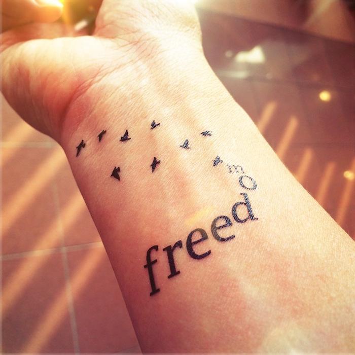 symbole de liberté tatouage freedom poignet oiseaux