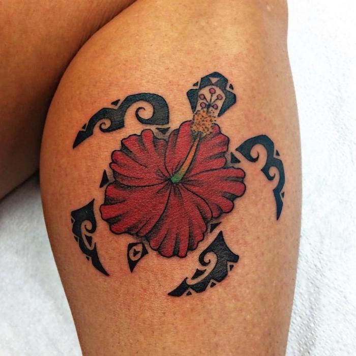 tatoo femme, idée tatouage sur jambe à design ethnique avec petite tortue de mer et fleur rouge