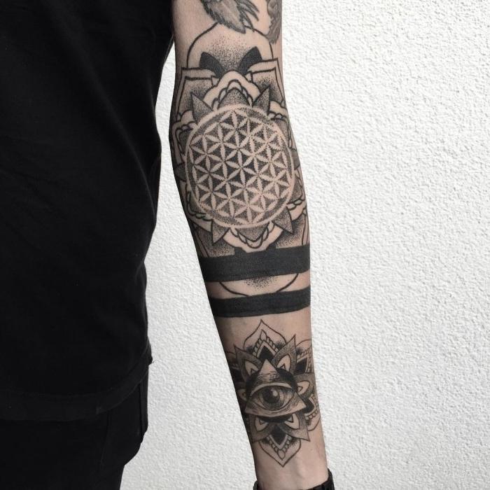 modele de tatouage, art corporel en encre pour homme, tattoo bras entier à motifs mandala et oeil