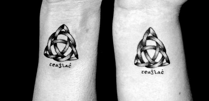 signification tatouage, dessin en encre sur les poignets à design symbolique noeuds