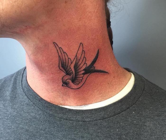 hirondelle tatouage de la liberté sur le cou
