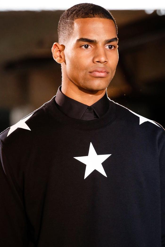 une coupe cheveux homme pour cheveux afro avec un crâne rasé