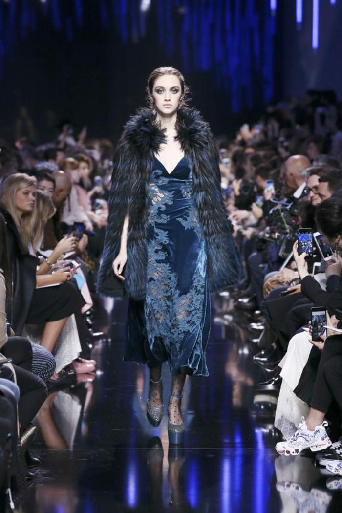 robe habillée pour mariage en velours bleu, veste en fausse fourrure noire et bleue, escarpins bleus pointus, style rétro
